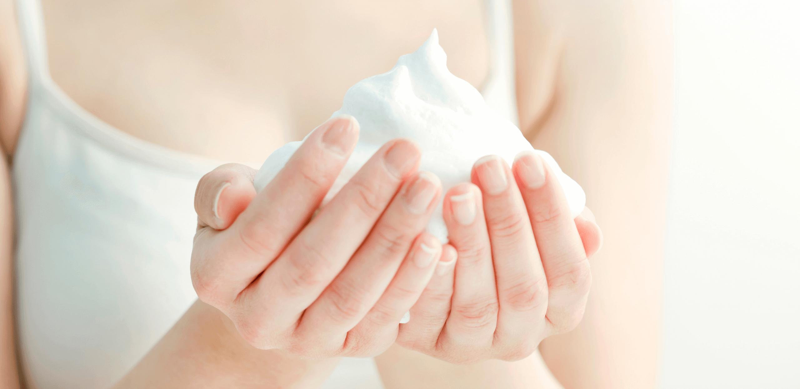 【ニキビ肌専用スキンケア】泡を乗せるように洗顔